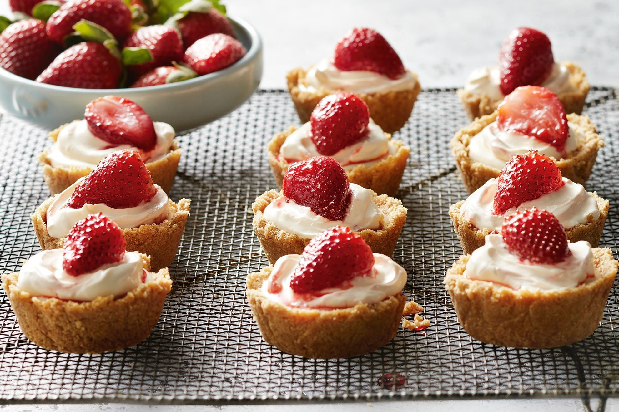Mini no-bake cheesecakes with strawberries